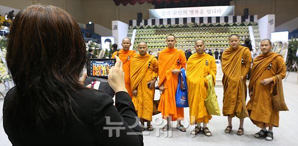'임시 합동분향소' 방문한 태국 승려, 추모 후 기념촬영?