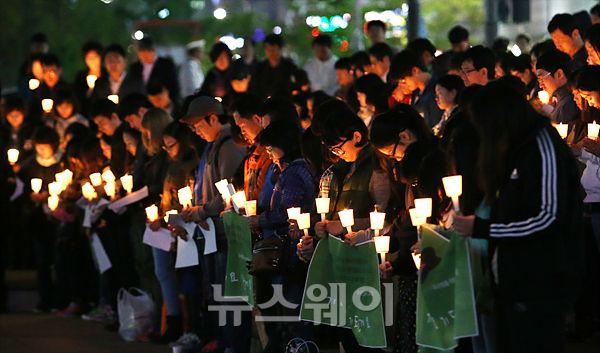'촛불 집회'희생자를 애도하는 묵념