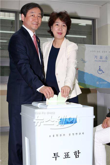 투표하는 유정복 새누리당 인천광역시 후보