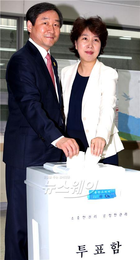 아침 일찍 투표하는 '유정복 새누리당 인천광역시 후보 내외'