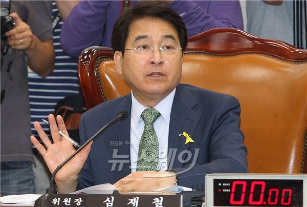 중재하는 심재철 세월호 국조특위 위원장