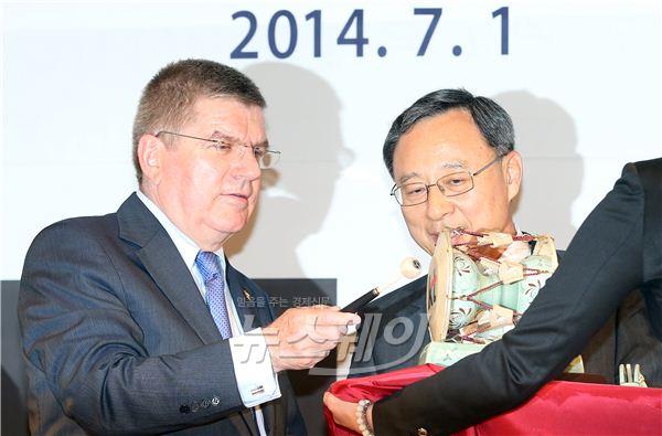 황창규 KT 회장, IOC위원장에게 기념선물 전달