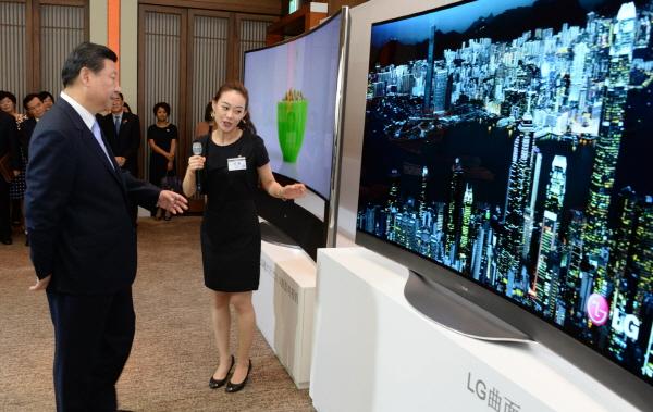 [NW포토]LG UHD TV에 관심 보이는 시진핑