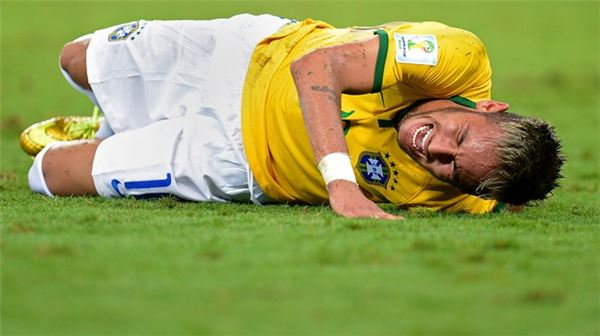 네이마르, 수니가 '니킥'에 척추골절 부상
