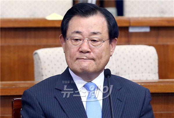 국회 인사청문회, 긴장한 이병기 국정원장 후보자