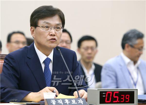 답변하는 최양희 장관 후보자