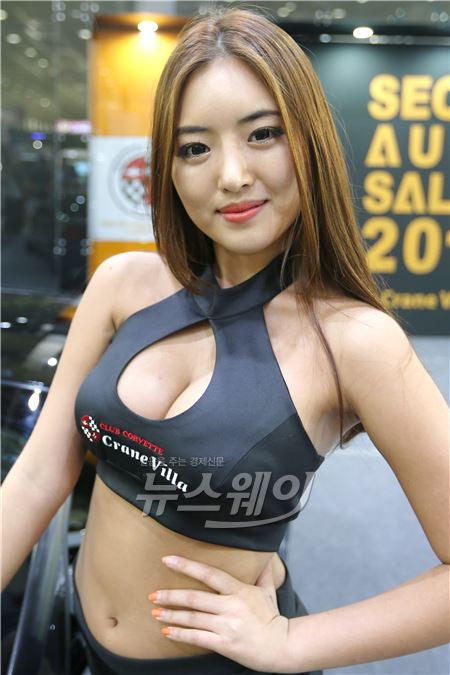 '서울오토살롱' 시선 둘곳 없는 의상입은 레이싱모델