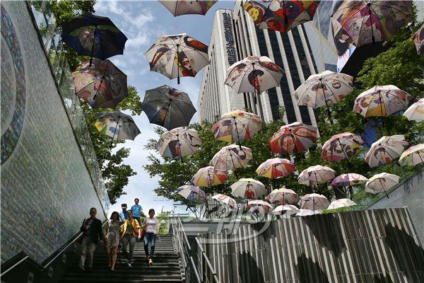 [NW포토]'맑은 서울하늘 우산들이 두둥실~!'