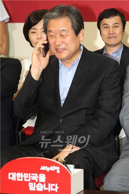 축하전화 받는 김무성 새누리당 원내대표