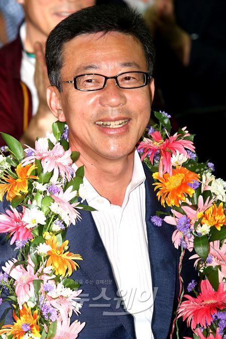 경기김포 당선확정에 기뻐하는 새정치 홍철호 당선자