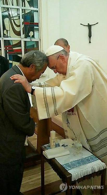 프란치스코 교황, 세월호 유족 '이호진'씨에게 세레...25년만에 처음