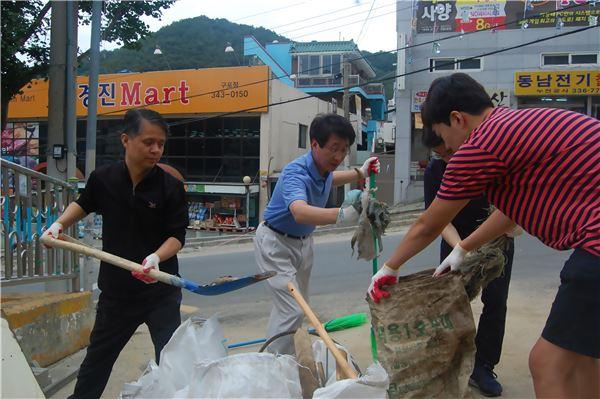 에어부산 임직원, 부산 구포동 수해현장 복구 작업 동참