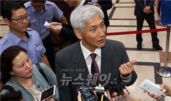 취재진 질문에 답하는 김영진 KB금융 사외이사 의장대행
