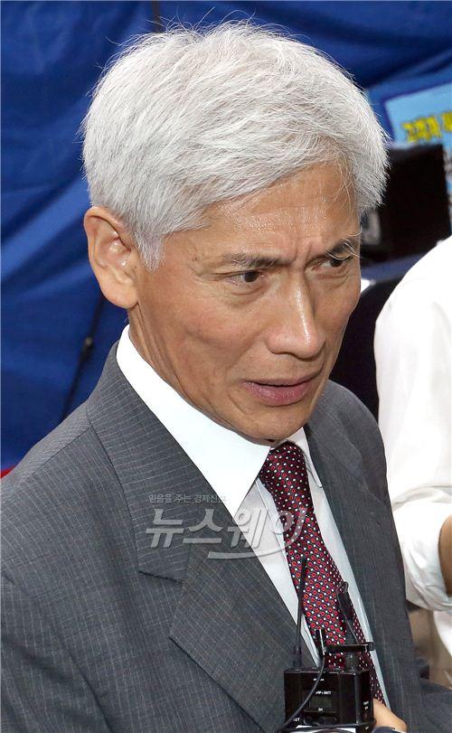 취재진 질문에 답하는 김영진 KB금융 사외이사