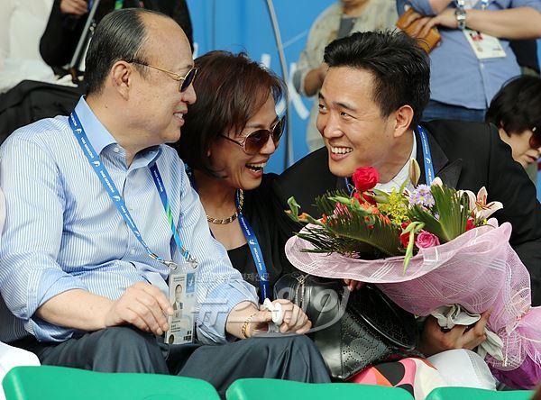 건강 되찾은 김승연 한화 회장··· 셋째아들 은메달에 '활짝'
