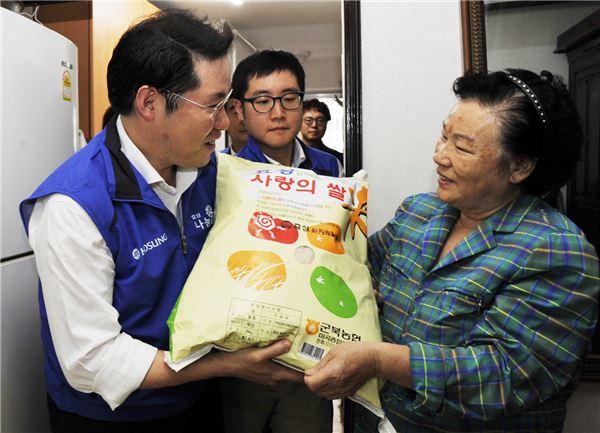 조현상 효성 부사장, 저소득가정 직접찾아 쌀 500포대 전달