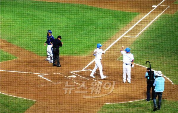 韓 야구, 또 초반 맹폭…강정호·오재원·박병호 홈런포