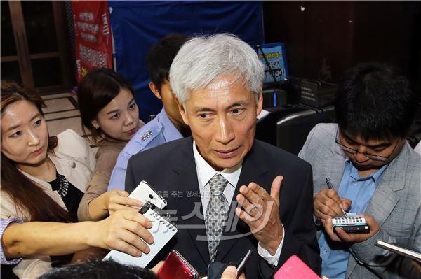 취재진의 질문에 답하는  김영진 KB금융 회추위원장