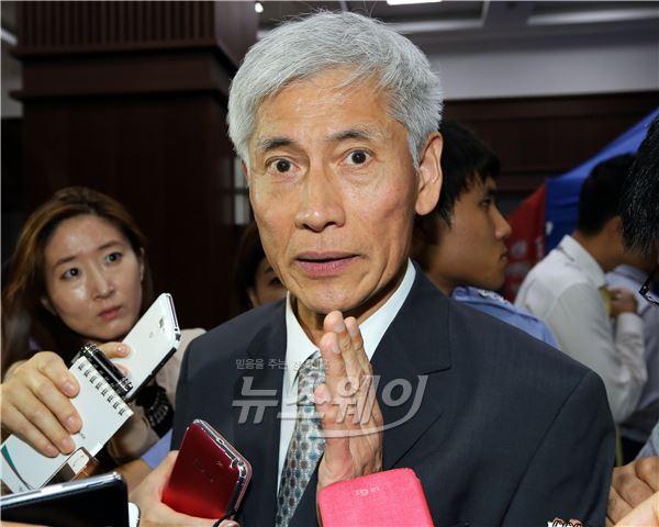 취재진의 질문에 답하는 KB금융 김영진 회추위원장