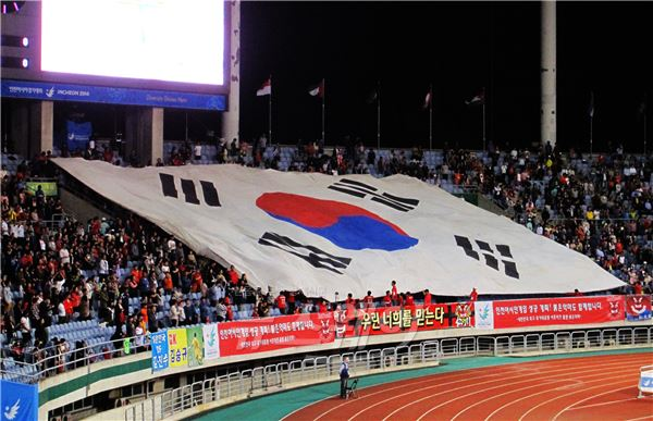 한국-태국 축구 4강전에 등장한 대형 태극기