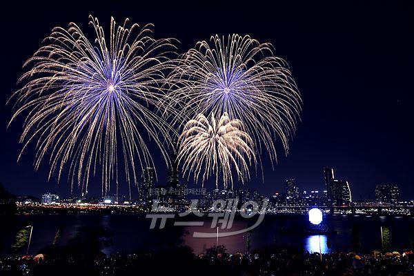 '서울 세계불꽃축제'  가을 밤하늘을 수놓은 화려한 불꽃