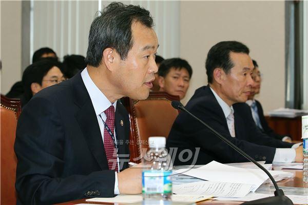 국정감사, 질문에 답하는 김영민 특허청장