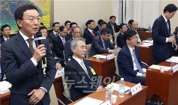 정무위 국감, 답하는 이건호·고개 숙인 임영록