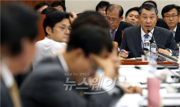 답변하는 김익환 광해관리공단 이사장
