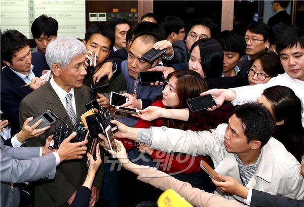 KB금융지주 회장 후보 발표하는 김영진 회추위원장