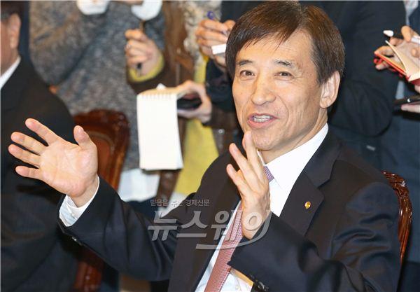 [NW포토]취재진 질문에 답하는 이주열 한국은행 총재