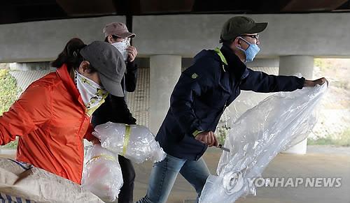 경찰, 대북전단 풍선·전단 훼손 남송 긴급체포