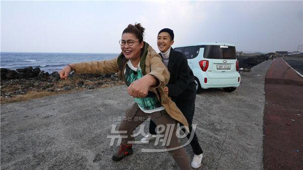 """'식사하셨어요?' 이영자·홍진경, 17년만 """"안 계시면 오라이"""" 재현 大폭소"""