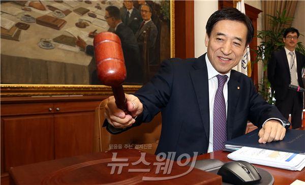 [NW포토]이주열 한은 총재, 11월 금융통화위원회 본회의 주재