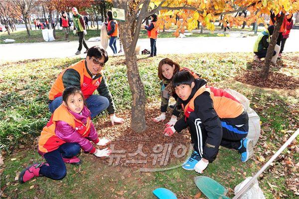 SK건설, '서울숲 월동준비' 가족봉사활동 진행