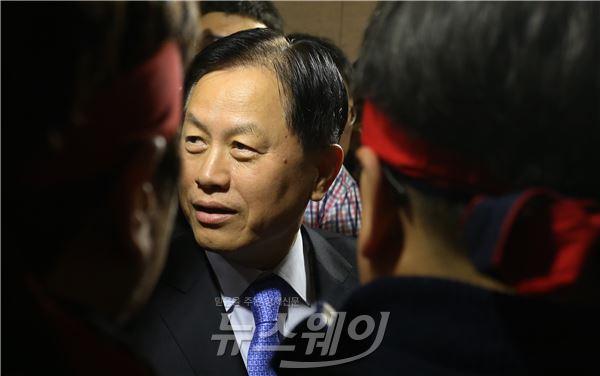 이사회장 입장 저지 당한 서진원 신한은행장