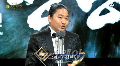 """'감독상' 김한민 감독 """"딱딱한 동상 속 이순신 장군님께…"""""""