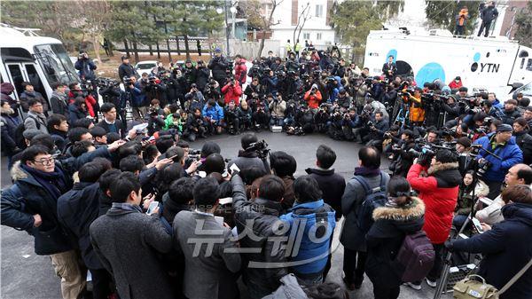 취재진 둘러싸인 통합진보당 해산 기자회견장