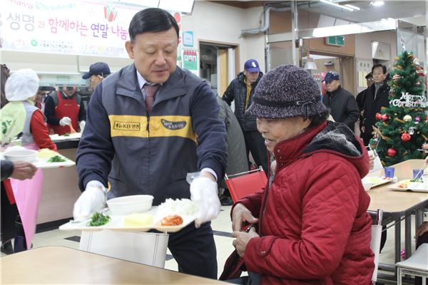 KB생명 경영진, 복지관서 배식봉사