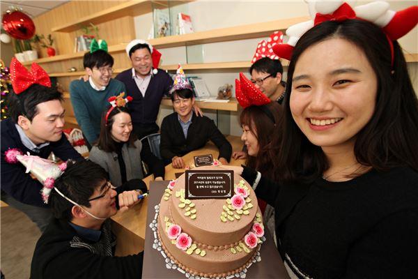 스킨십 경영 나선 한상범 LGD 사장, 임직원에 케이크 쐈다