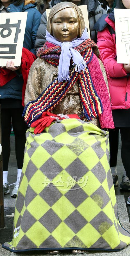 제1158차 수요집회, 담요 덮여져 있는 소녀상