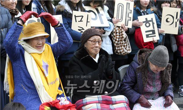제1158차 수요시위, 감사 인사하는 위안부 피해자 할머니들