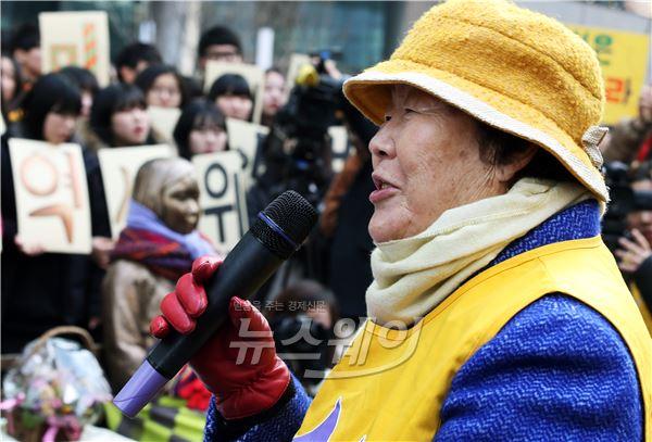 제1158차 수요집회, 감사 인사하는 위안부 피해자 할머니