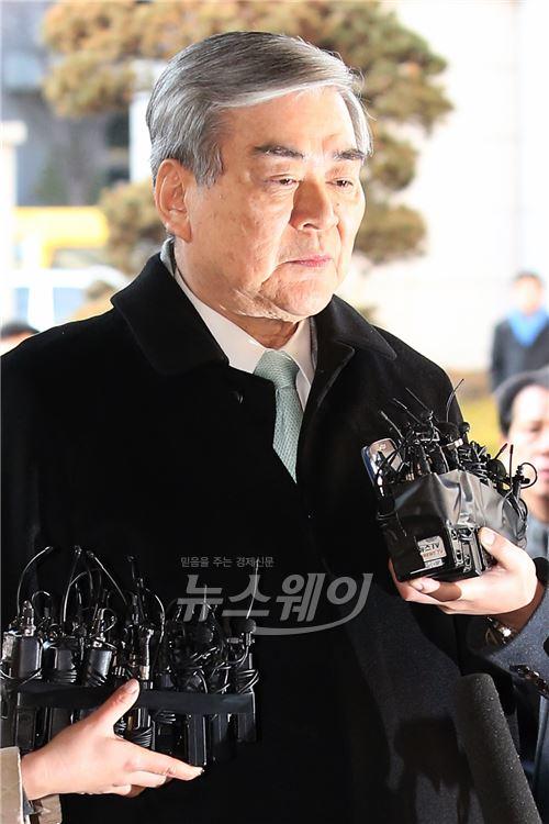 '땅콩회항 2차 공판' 취재진의 질문받는 조양호 회장