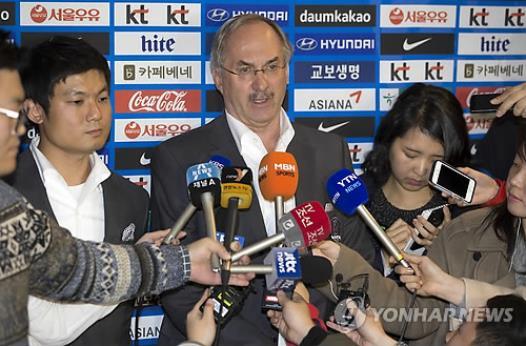 기자회견 하는 슈틸리케 한국 축구 대표팀 감독