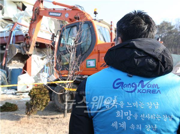 구룡마을, '강제 철거를 바라보는 구청직원'