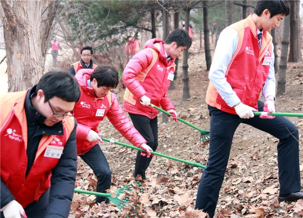 SK건설 신입사원, 서울숲 환경정화 봉사활동 펼쳐