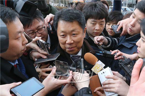 조현아 전 부사장 징역 1년, 변호인 둘러싼 취재진
