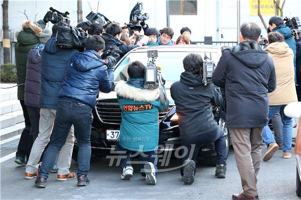 취재진에 둘러싸인 변호인 차량