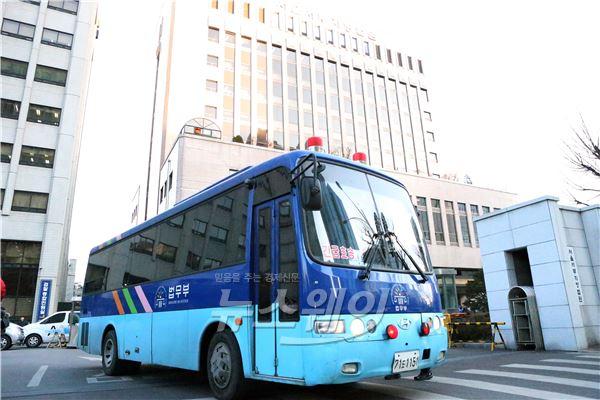 조현아 징역 1년 선고, 법원 떠나는 호송버스