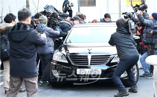 조현아 징역 1년 선고, 취재진에 둘러싸인 변호인 차량